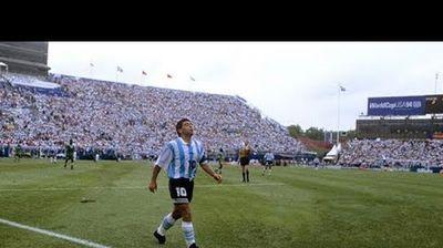 ТОП ретко видео кое го покажува фудбалскиот гениј на Марадона