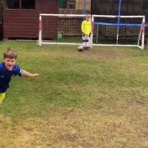 Дете ги репризира головите на Марадона, Роналдо, Ван Перси (Видео)