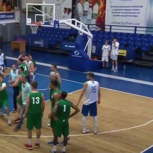 Кошаркарски хаос во Украина, цел тим тргна да тепа противнички играч