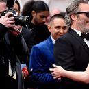 Откако освои Оскар, девојка му облече старки, па се нафрлија на бургерите