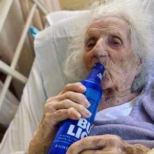 ТАКА СЕ СЛАВИ: 103-годишна бабичка со ладно пиво ја наздрави победата над короната