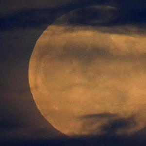 Ретко целосно затемнување на Месечината на небото во северната хемисфера
