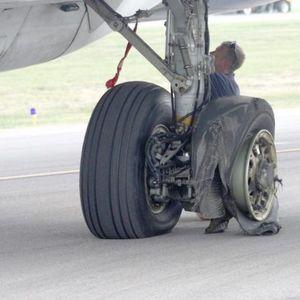 Како се менува гума кај авионите?