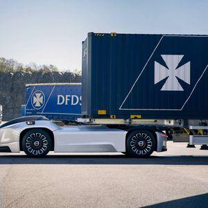 Самовозечки камиони на Volvo превезуваат бродски контејнери во Шведска