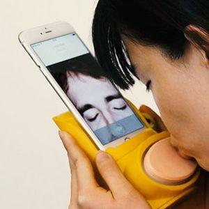 Еволуција на комуникацијата: iPhone и справа за испраќање бакнежи