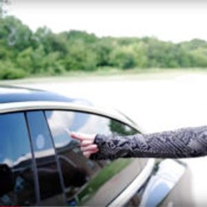 Сопственичка на Tesla Model 3 го отклучува автомобилот со чип вграден во раката