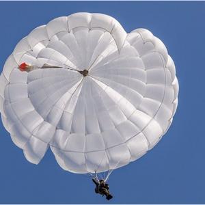 Во Русија падобранец при скок остана да виси на зграда