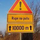 NE, NIJE FOTOMONTAŽA: Umesto asfalta, postavljen ZNAK - RUPE NA PUTU!