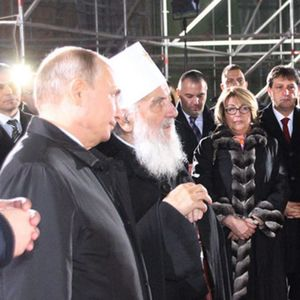 Путин не го тргна погледот од Цеца додека стоеја пред храмот Св. Сава
