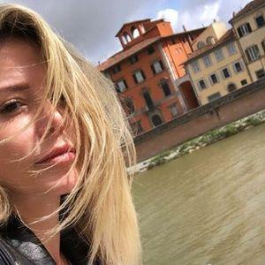 Ана Михајловски среде поплава во Белград: Со задигнат фустан, полугола и боса од кола до дома