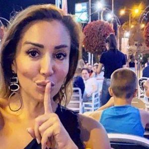"""Лила во """"грчка поза"""" на јахта: Грчкото знаме на погрешно место или водителката ја наместија во грешен кадар?"""