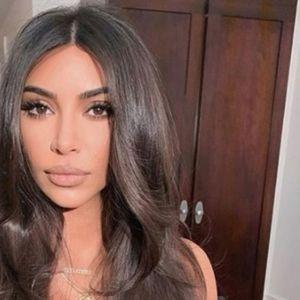 Стегната до болка: Ким Кардашијан ги истакна облините, но сите го коментираат нејзиниот струк