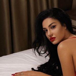 """Албанската секси адвокатка ја запали јавноста: Редона Кочи се сликаше гола со друга девојка во разни пози, на """"водена постела од рози"""" (ФОТО 18+)"""
