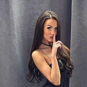 """Бугарскиот еротски модел Дениз Хајрула со гради на гради на гола кожа со својата пријателка: """"Сексот е како парите… само кога е премногу е доволно!"""""""
