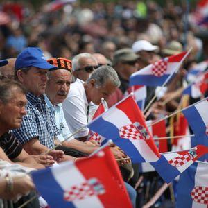 Hrvati katolici su najobičniji slabići! Zabijaju se u krdo jer sami ne vrede ništa! Lica im iskrivljena od mržnje!
