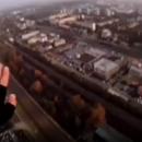 Muškarac skočio sa zgrade, otvorio padobran i sleteo nasred bulevara
