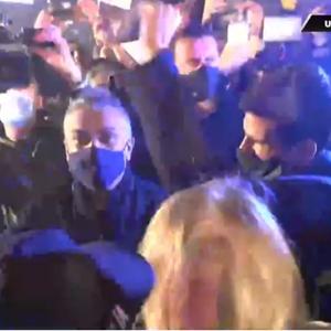 Novak uz bakljadu i vatromet dočekan ispred restorana! Pevač zapevao njegovu omiljenu pesmu, a onda je počeo HAOS! (FOTO/VIDEO)