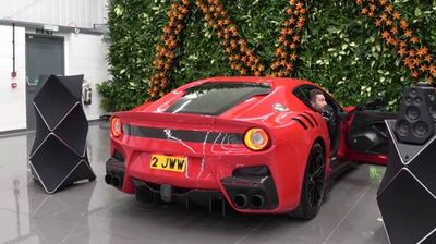 Šta je glasnije? Ferrari ili Bang & Olufsen zvučnici vredni 85 000 dolara?