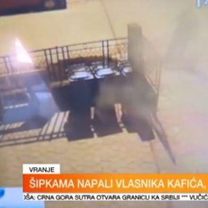 Snimak napada u Vranju: Vlasnik kafića se zaključao u autu, ubacili mu baklju kroz prozor