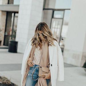 Kako kombinovati bijeli kaput za šetnju gradom?