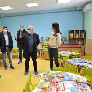 Vesić uručio knjige za mališane u novootvoreniom vrtiću u Surčinu