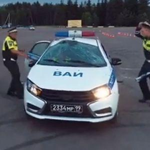 Руската армиска полиција (неуспешно) пробува да направи свртување од 180 степени