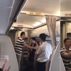 Авиокомпанија избрка стјуардеса затоа што момчето ја запросило за време на лет