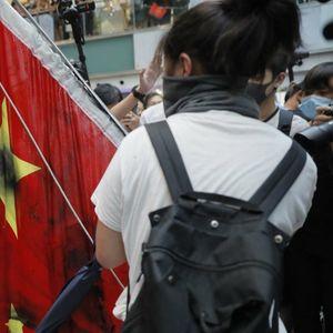 Demonstranti u Honkongu gazili kinesku zastavu