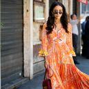 Уличен стил: како девојките ги носат фустаните во портокалова боја?