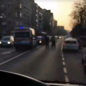 SAOBRAĆAJNA NESREĆA U MESTU VUJINOVAČA: Zbog udesa vozila se naizmenično kreću!