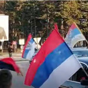 """ISPRAĆAJ KAKAV DOLIKUJE! Nikšić izašao na ulice, ljudi se """"opraštaju"""" od Mila, TROBOJKE samo sevaju!"""