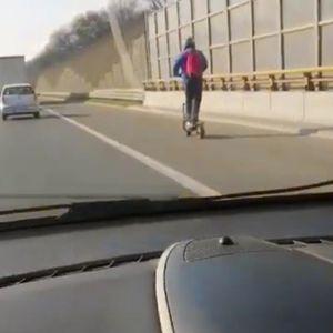 JURI TROTINETOM NA AUTO-PUTU 80 NA SAT: Da li je ovo normalno, snimak sablaznio celu Srbiju!