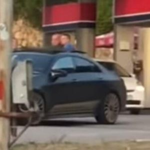 TUKLI GA PRED TRUDNOM SUPRUGOM I DECOM! Muškarac iz Podgorice napadnu usred dana na pumpi! (UZNEMIRUJUČI VIDEO)