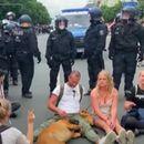 MUŠKARAC (49) PREMINUO NAKON PRIVOĐENJA U BERLINU: Tokom demonstracija uhapšeno oko 600 ljudi!