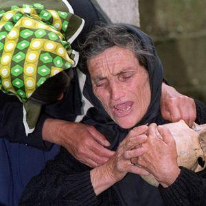 DOBRINA JE KUKALA DRŽEĆI LOBANJU, JEDINO ŠTO JE OSTALO OD SINA ŽIVKA: Umrla žena sa najstrašnije ratne fotografije