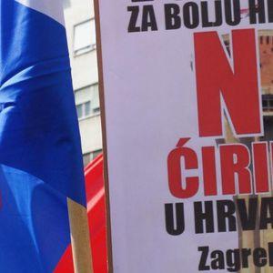 ZBOG ĆIRILICE PREKINUT HRVATSKI DERBI: Hrvatski navijači transparentom na ćirilici poručili da je to srpsko mesto?!