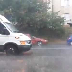 MRAK PAO USRED DANA: Monsunsko nevreme sa GRMLJAVINOM I GRADOM zahvatilo Beograd (FOTO/VIDEO)