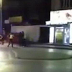 POLICIJA BRUTALNO PRETUKLA ROMA, pobesneli narod izašao na ulice! Žele glave ovih monstruma, snimak sve GOVORI