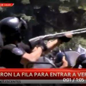 POLICIJA PUCA NA NAVIJAČE U ARGENTINI, OKLOPNA VOZILA NA ULICAMA: Eskalirao haos na Maradoninom ispraćaju, NEVERICA