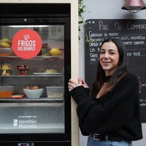 Како солидарните фрижидери станаа извор на храна за сиромашните жители на Париз