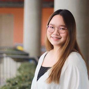 Студентката што ѝ се спротивставува на монархијата на Тајланд