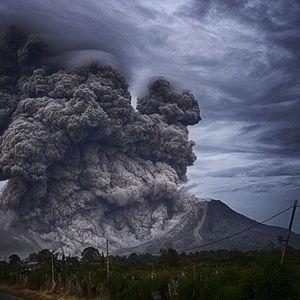 Пепел паѓа како снег по ерупција на вулкан на Свети Винсент