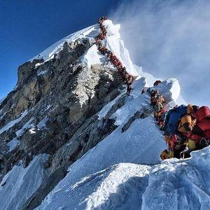 Како е да чекате ред за да стигнете до врвот на Монт Еверест?
