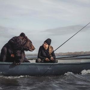 Необично пријателство меѓу мечка и девојка - заедно одат во риболов