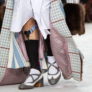 Ултра мода! Дизайнер шокира Париж с чорапи с тиранти за мъжете