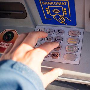 Крадла източи банковата карта на пенсионерка