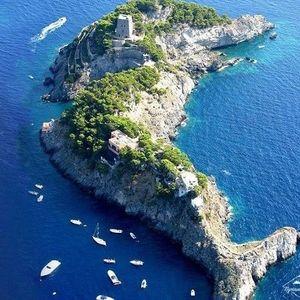 Тайните на острова с форма на делфин