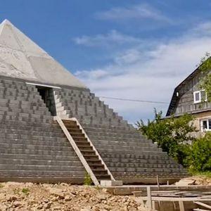 Руснаци построиха огромна реплика на Хеопсовата пирамида в двора си – ВИДЕО