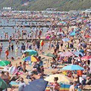 Без страх от COVID-19: Хиляди британци напълниха плажовете