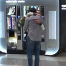 Колку долго може да ја гушка Jeлена? Ѓоковиќ и Штепанек со свое шоу на аеродромот во Прага (ВИДЕО)